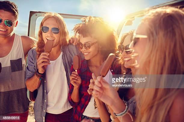 Amigos comiendo icecream