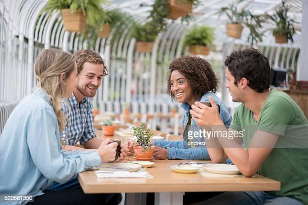 Amis manger le déjeuner dans un restaurant