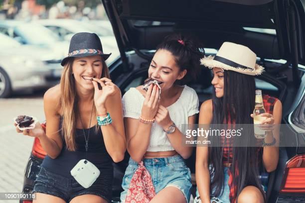 マフィンを食べている友人 - チョコレートチップマフィン ストックフォトと画像
