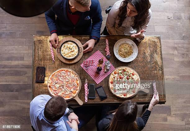 friends eating pizza, elevated view - comida de pub - fotografias e filmes do acervo