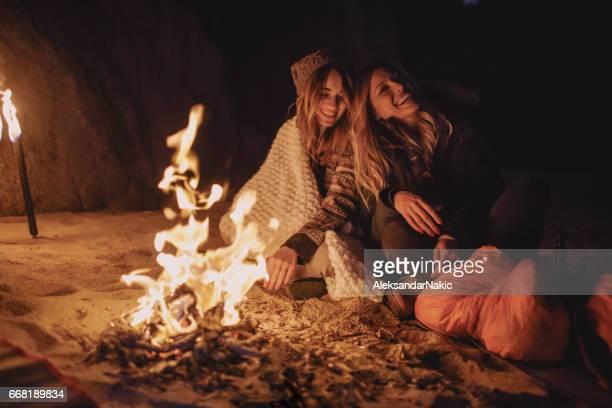 友人は、暖炉のそばでビーチでの夜をお楽しみください。