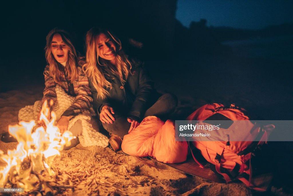 Freunde am Abend am Strand vor dem Kamin genießen : Stock-Foto
