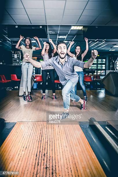 Freunde genießen Sie beim bowling