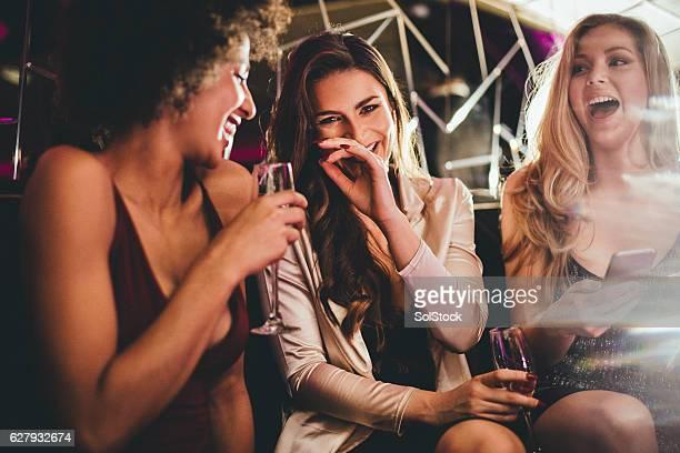 Freunde genießen einen Drink