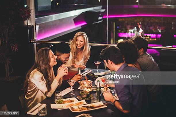 Genießen Sie ein Essen mit Freunden