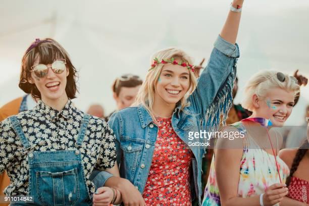 Freunde genießen ein Musik-Festival