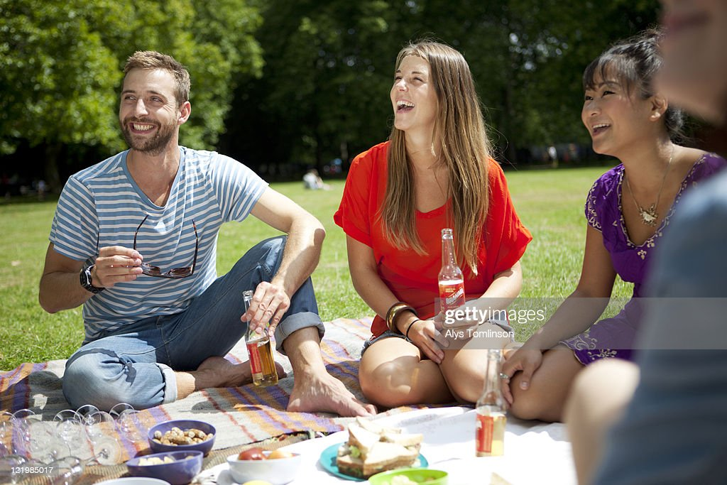 Friends Enjoying a Picnic in a City Park : Foto de stock