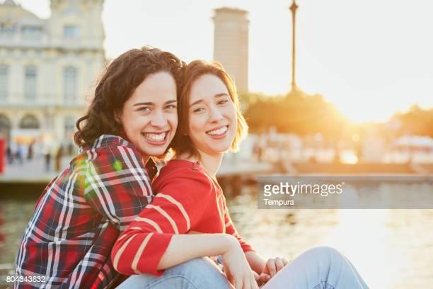 amis de profiter d'un après-midi à barcelone. - ados lesbiennes en couple photos et images de collection