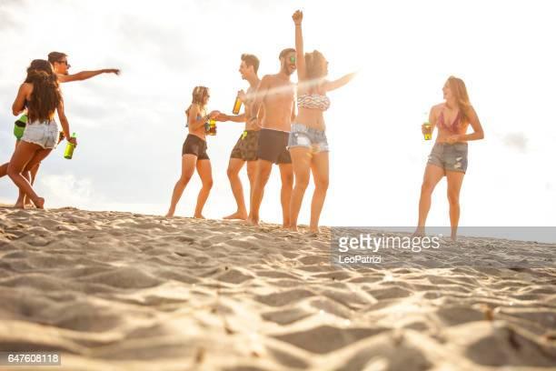 Vrienden genieten en plezier een strandvakantie