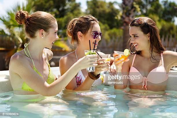 ご友人とカクテルをお楽しみいただけるプール