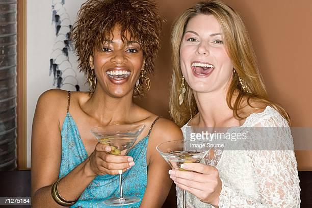 friends enjoying cocktails - 30代の女性だけ ストックフォトと画像