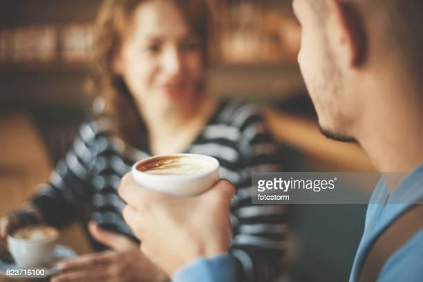 Amis appréciant un café
