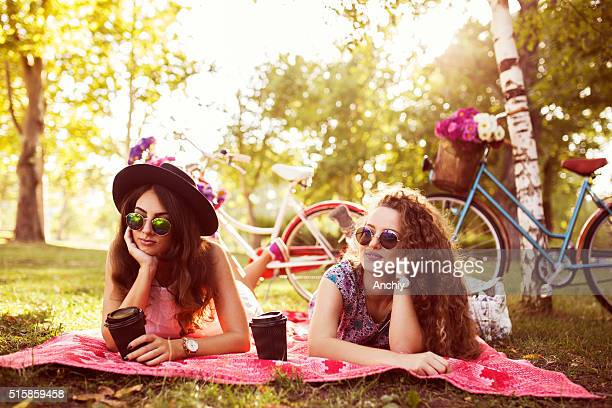 friends enjoying coffee to go in nautre - nautre stock pictures, royalty-free photos & images