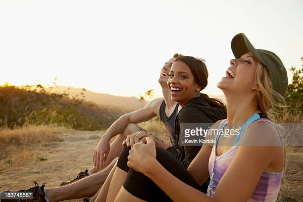 friends enjoying hillside - 20 29 years stock pictures, royalty-free photos & images
