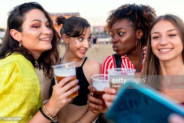 amigos disfrutando en verano festival de música al aire libre - festivalero fotografías e imágenes de stock