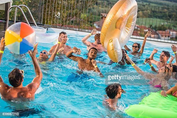 Freunde genießen Sie pool