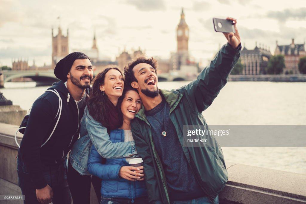 Amigos, desfrutando de Londres juntos : Foto de stock