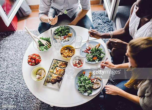 amigos, desfrutando de almoço em casa - batata frita lanche - fotografias e filmes do acervo