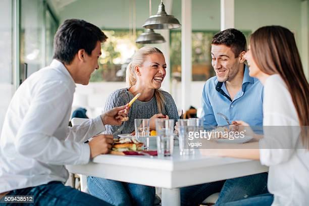 Amis appréciant un déjeuner au Restaurant