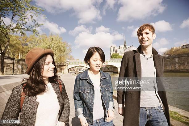 Amis sur la Seine à Paris, près de Notre Dame
