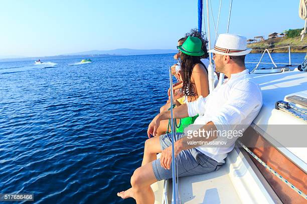 Freunde genießen mit Segelbootmotiv