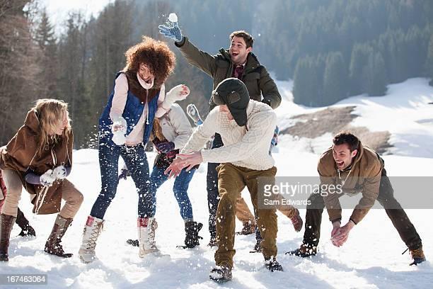 Amigos disfrutando de bola de lucha en el campo