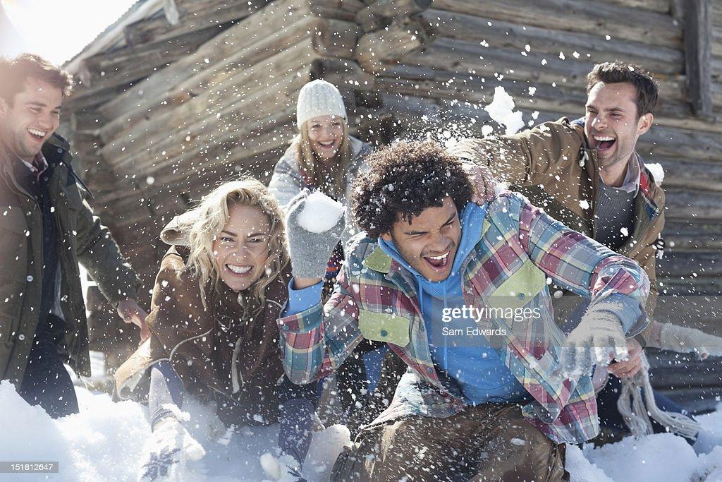 Freunde genießen Schneeballschlacht : Stock-Foto