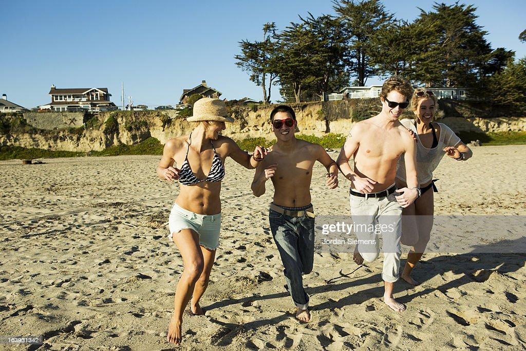 Friends enjoying the beach. : Bildbanksbilder