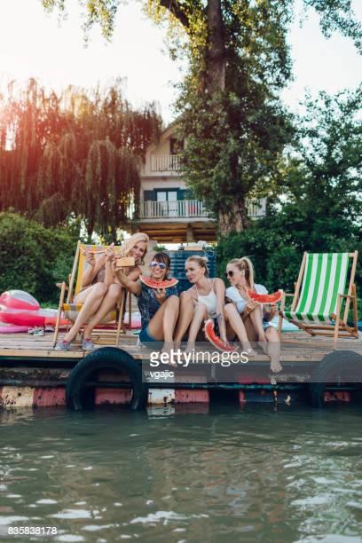 freunde, genießen sie den sommer am pier - serbien stock-fotos und bilder