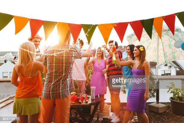 Freunde genießen urbanen Dachterrasse Partei