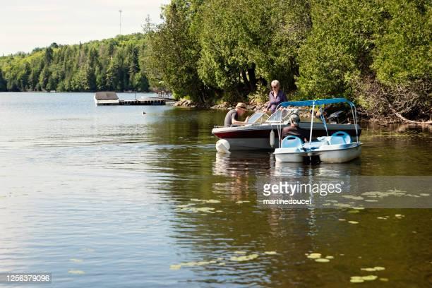 """50 + vrienden genieten van vakanties op een kleine boot. - """"martine doucet"""" or martinedoucet stockfoto's en -beelden"""