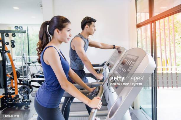 friends exercising together in gym - hat yai foto e immagini stock