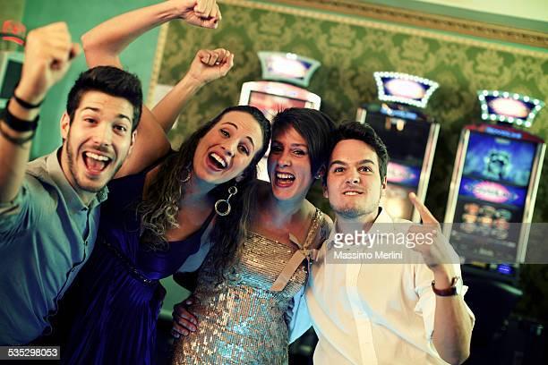 Amigos exulting después de una galardonada en el casino
