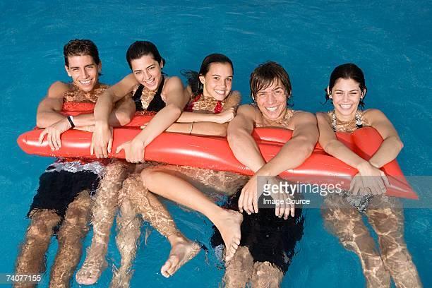 Freunde schwimmenden Swimmingpool