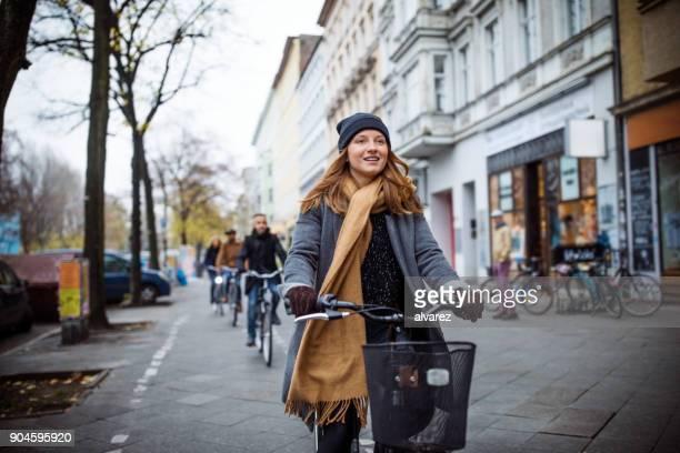 freunde nach frau beim radfahren in der stadt - radfahren stock-fotos und bilder