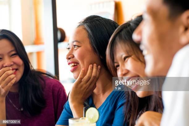 mädchen winken - indonesien stock-fotos und bilder