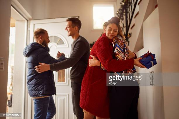 friends gathering for new years party - 25 29 years stock pictures, royalty-free photos & images