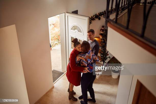 friends gathering to celebrate new years eve - 25 29 years stock pictures, royalty-free photos & images