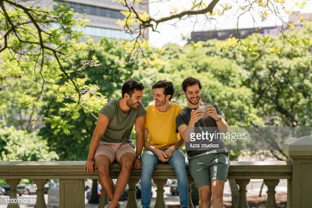 friends hanging out in the park having fun - al centro foto e immagini stock
