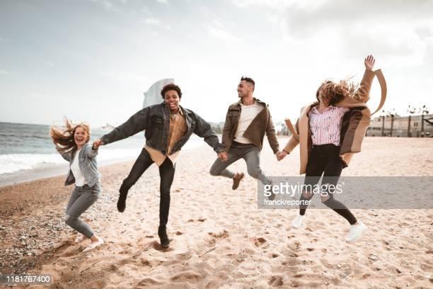 amis bonheur ensemble à barceloneta - quatre personnes photos et images de collection