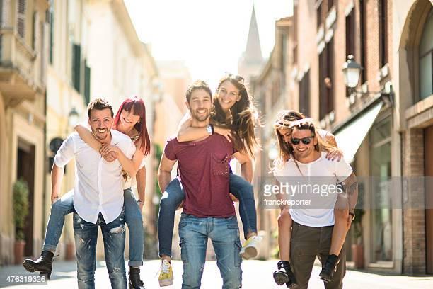 Amigos tener una diversión en la ciudad