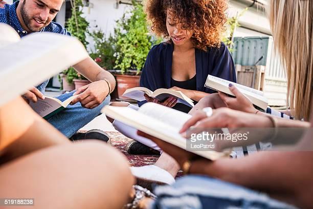Amis ont une lecture ensemble