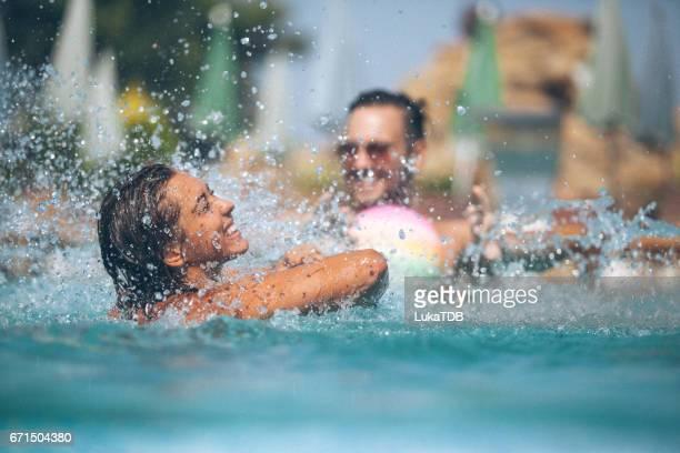 Freunde haben Spaß am pool