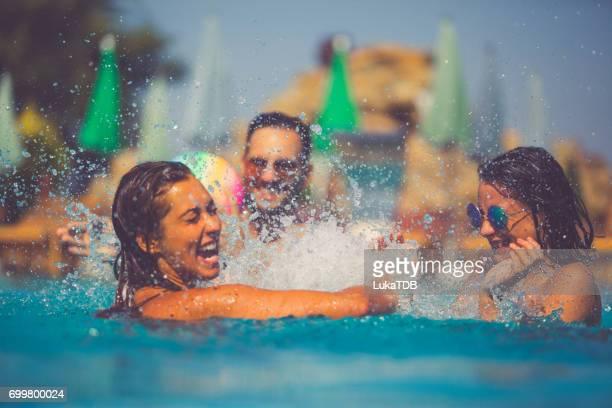 友達がプールで楽しい時を過す