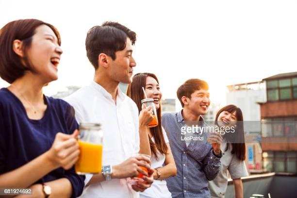 amigos divertirán en una fiesta en la azotea de seúl - corea del sur - corea del sur fotografías e imágenes de stock