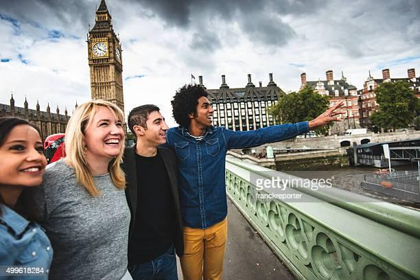 Freunden Spaß haben in London mit dem big ben