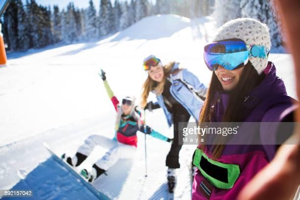amis sont amuser sur la piste de ski - serbie photos et images de collection