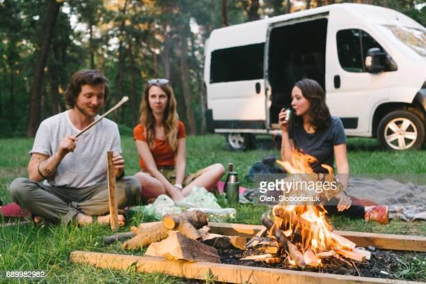 Freunde haben Picknick im Wald