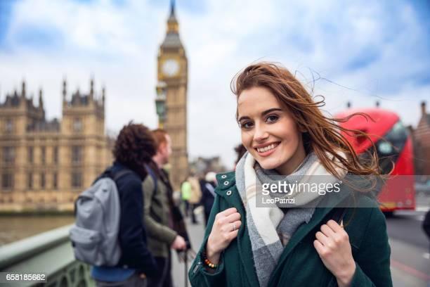 amici che si diverte a londra - london england foto e immagini stock