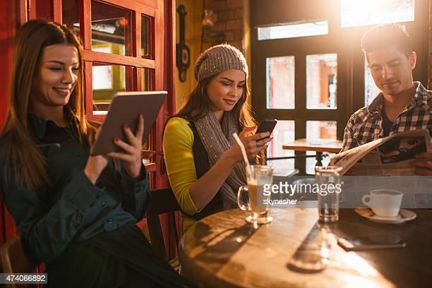 Freunde, die eine Kaffee-Paus'und entspannen Sie in einem Café.